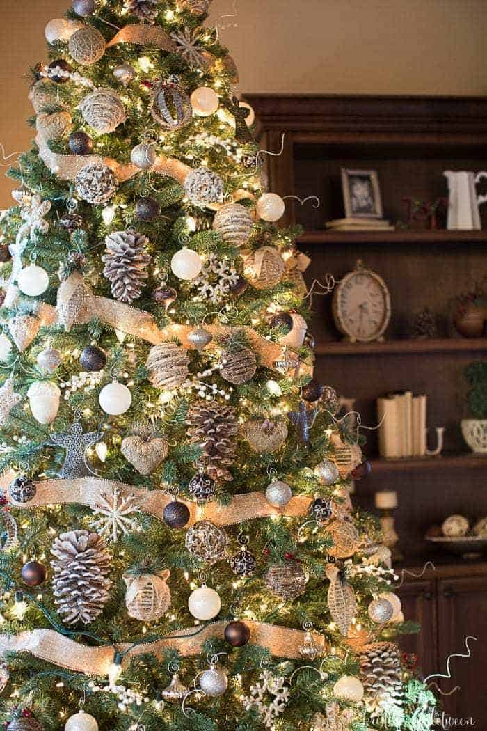 Christmas Tree Decorations - Best Christmas DIY Ideas to Try this Year! Get some inspiring ideas of Christmas Tree decorations to create any DIY decor style - from sparkly glam or more cottage rustic (farmhouse) themes. #christmastree #christmas #xmas ##christmasdecor #homedecor #diy #decor #crafts